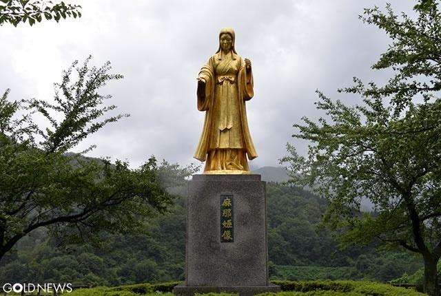金色に輝く麻那姫像